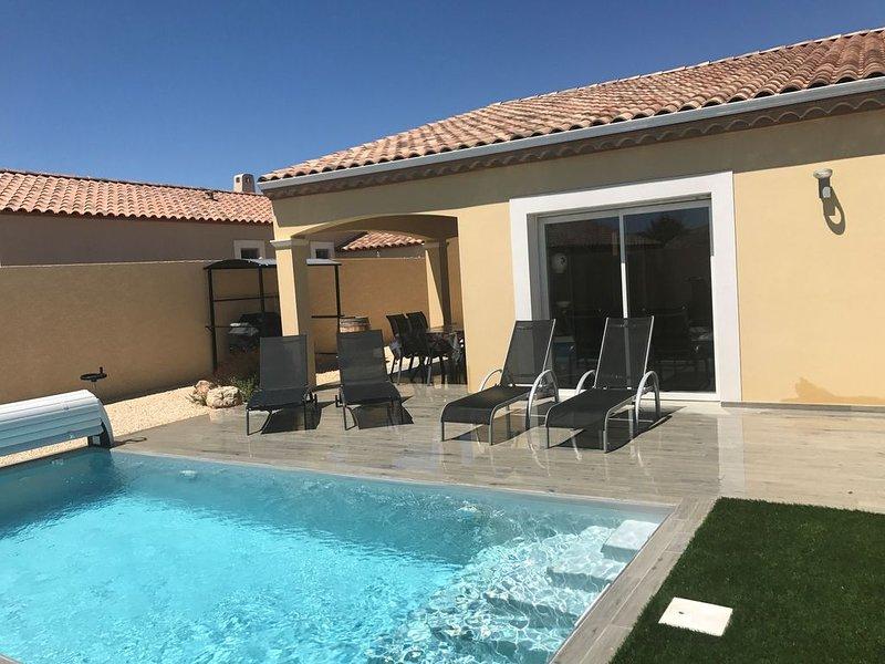 Proche PEZENAS, Villa de plain pied avec piscine privée chauffée, aluguéis de temporada em Nezignan-l'Eveque