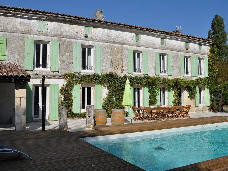 gite * * * * de 14 couchages avec piscine chauffée, holiday rental in Saint Seurin de Palenne