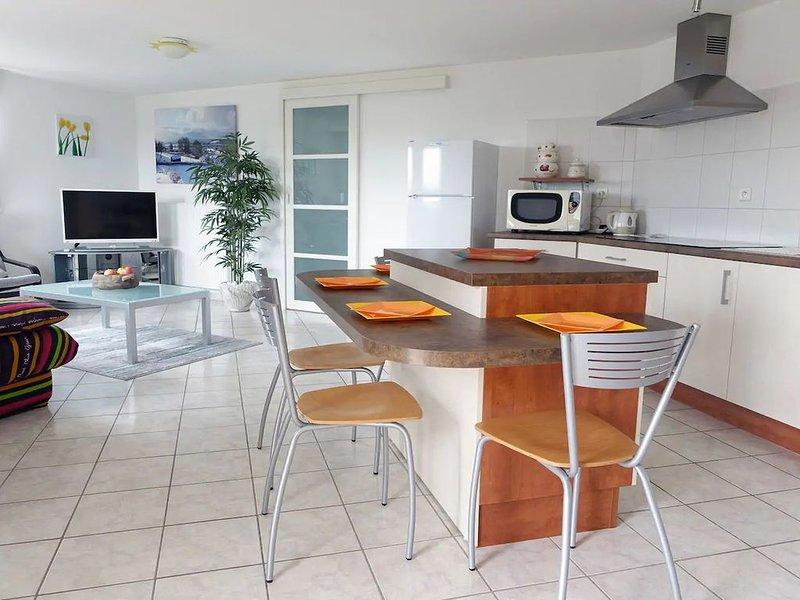 Appartement 60m² dans villa avec vue sur lac, entrée et terrasse indépendante, holiday rental in Blye