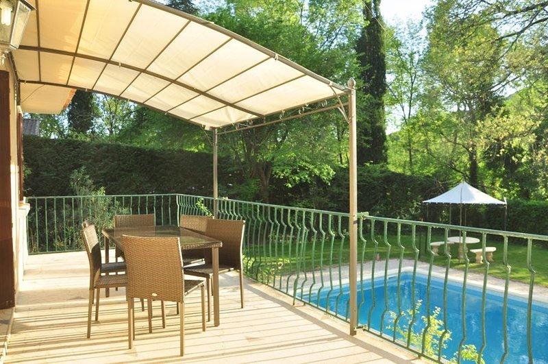 Maison de charme avec piscine privée en bordure de rivière entre Avignon et Uzés, holiday rental in Sabran
