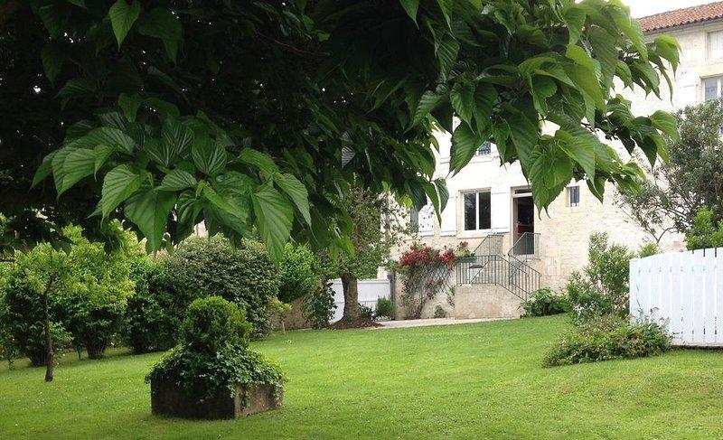Pour vous, une superbe demeure charentaise, holiday rental in Saint Seurin de Palenne
