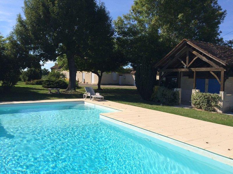 Longère perigourdine  dans un environnement calme avec piscine, holiday rental in Lamonzie-Saint-Martin