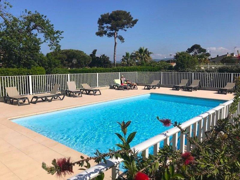 Appartement tout confort climatisé terrasse jardin piscine plage et port à pieds, holiday rental in Ile des Embiez