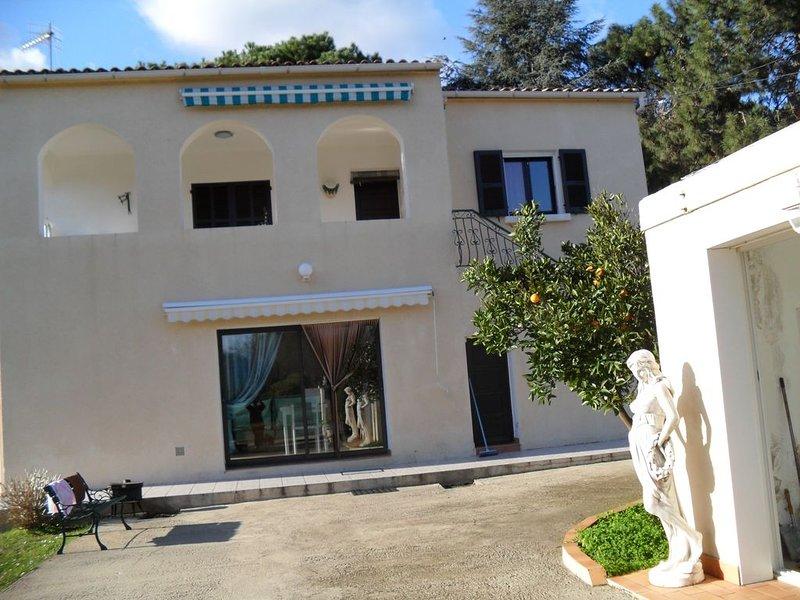 RDC DE VILLA IDÉALEMENT PLACE ET DANS UN CADRE VERDOYANT, location de vacances à San-Giovanni-di-Moriani