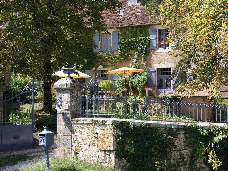 Maison de Maitre +petite maison Perigourdine pour 12 personnes dans le causse, vacation rental in Saint-Antoine-d'Auberoche