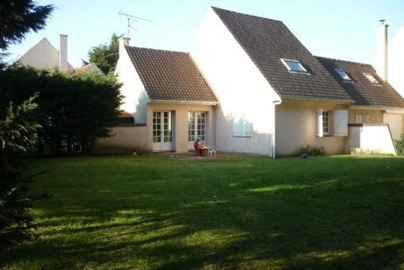 Maison familiale proche de la plage avec jardin privatif, holiday rental in Neufchatel-Hardelot