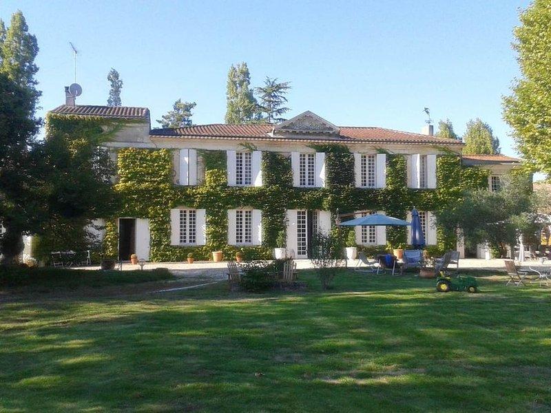 Chartreuse dans parc avec piscine, holiday rental in Berson