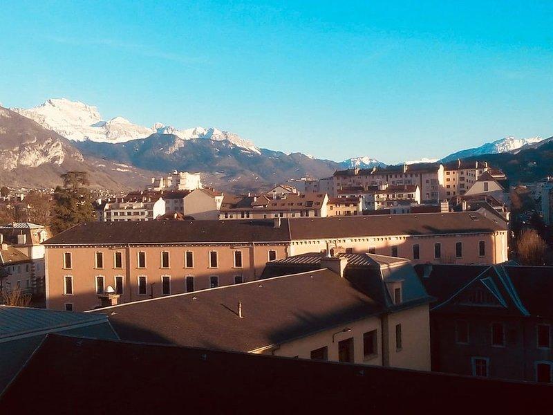 Hyper centre - Vue exceptionnelle sur la ville et les montagnes environnantes., holiday rental in Cran-Gevrier