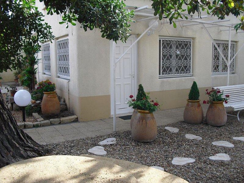 Agréable et lumineux appartement de 75m² avec jardin arboré cloturé, vacation rental in Arles