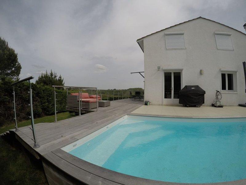 Villa Bouliac au calme avec piscine et vue, casa vacanza a Sadirac