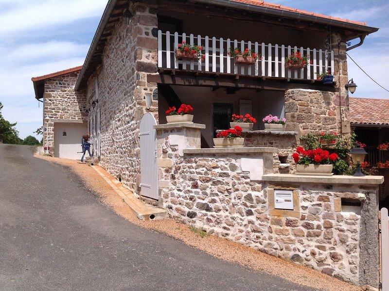 Maison 3 pièces indépendantes, située dans un hameau à 1,5 km du village, holiday rental in Leynes