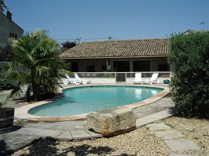 PINET villa tt confort GRANDE PISCINE PRIVEE WIFI  4 ch 8 pers 10km mer, aluguéis de temporada em Pinet