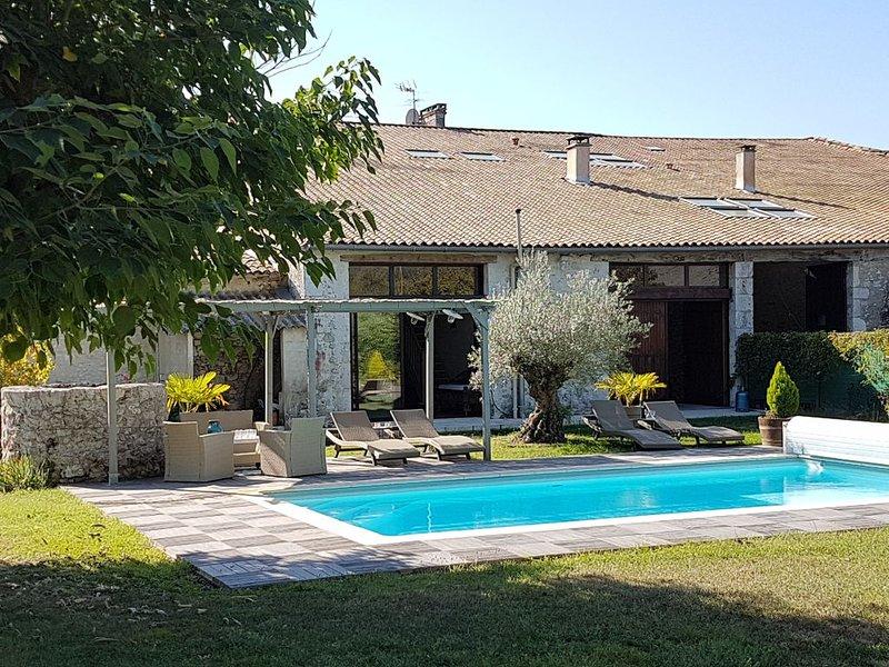 Grande maison -  Piscine privée et chauffée  -   Terrasse, holiday rental in Saint-Aubin-de-Cadelech