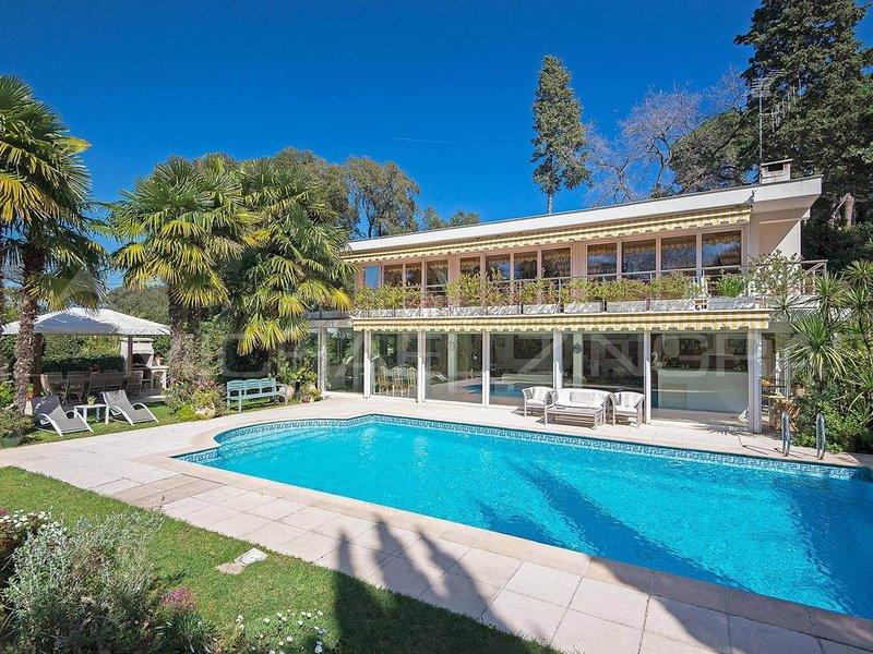 Villa californienne quartier calme et résidentiel à 400 m d'une plage de sable, holiday rental in Cap d'Antibes
