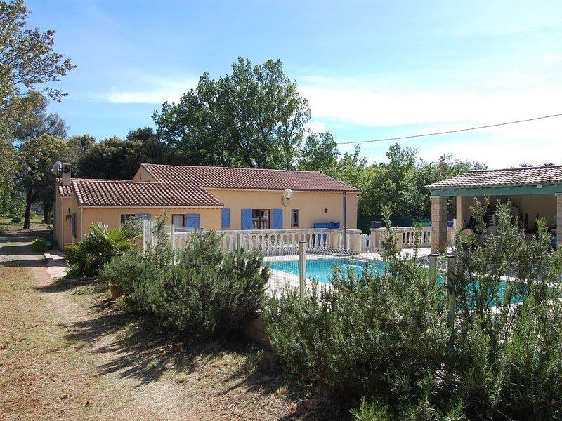 Villa dans cadre ombragé sur 3750m2 clos calme avec piscine privee et pool house, holiday rental in Montmeyan