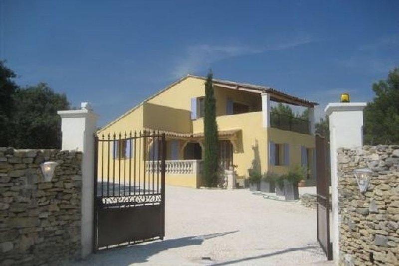 Villa dans un cadre magnifique avec vue, très calme . Grande propriété clôturé, holiday rental in Cabrieres-d'Avignon