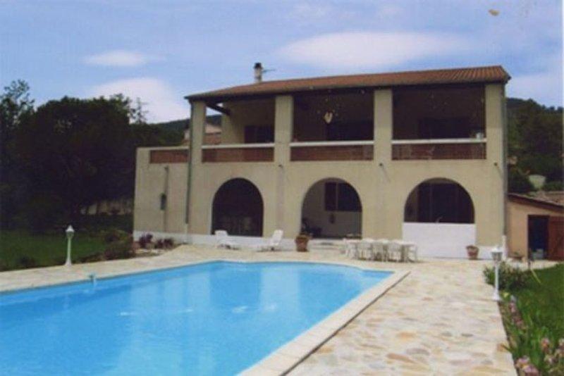 Rez de chaussée d'une grande villa avec piscine chauffée et jacuzzi, holiday rental in Prades