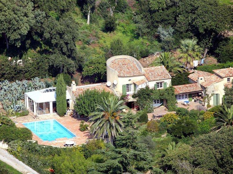 Coin de Paradis pour cet authentique mas provençal avec Piscine et jardin, alquiler vacacional en Port Cogolin