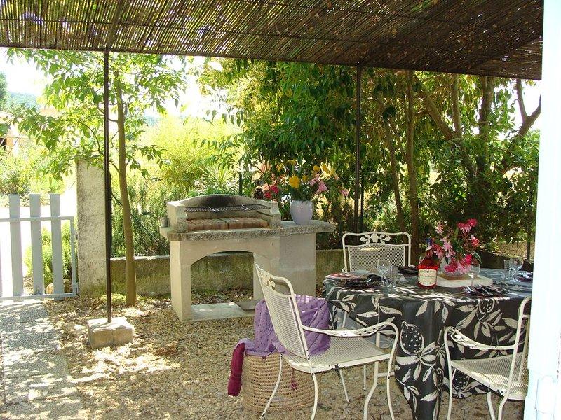 Gîte le jasmin dans ferme restaurée et piscine partagée, holiday rental in Bollene