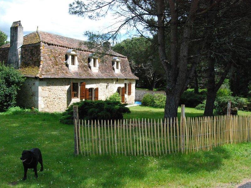 Maison XVIIème avec piscine, 6 adultes, holiday rental in Douzillac
