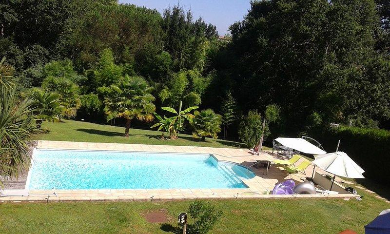 Bayonne calme et détente au bord de la piscine chauffée dans ecrin de verdure, vacation rental in Bayonne