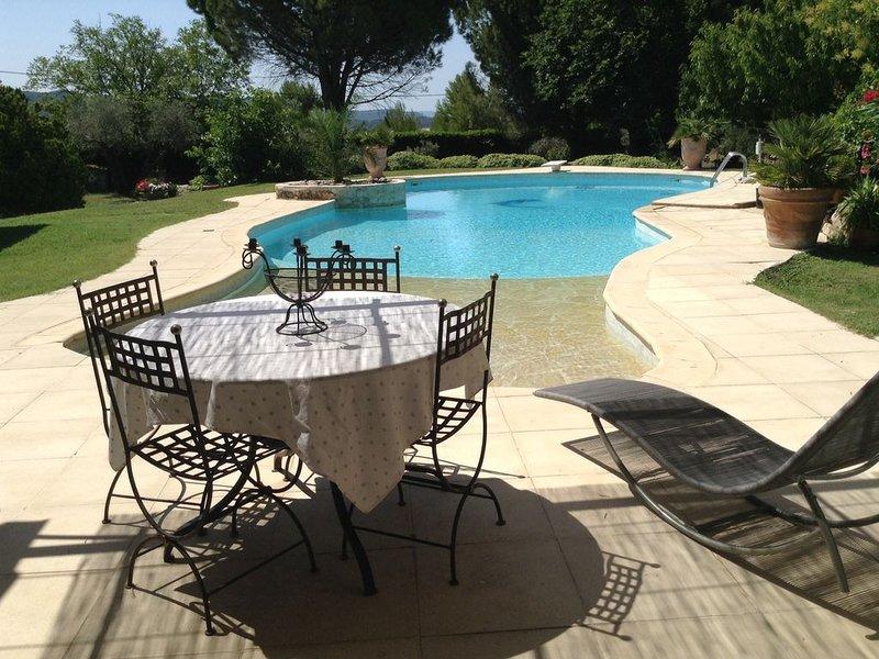 Location saisonnière - appartement meublé type 2 - 50m2 - Piscine - Velaux, aluguéis de temporada em Vitrolles
