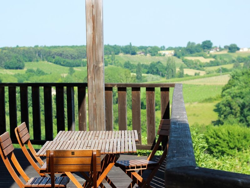 Le Wine Lodge, eco luxe sur un vignoble bio avec piscine, vacation rental in Saussignac