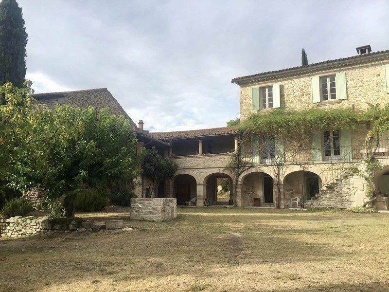 Mas Des Trois Citernes - Gîtes pour 4 a 14 Personnes, holiday rental in Barjac