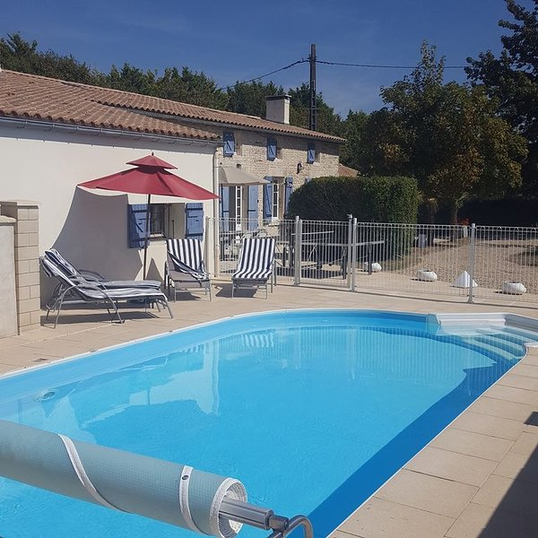 Location Maison piscine chauffée proche mer Tonnay-Boutonne Charente-Maritime, holiday rental in Saint Crepin