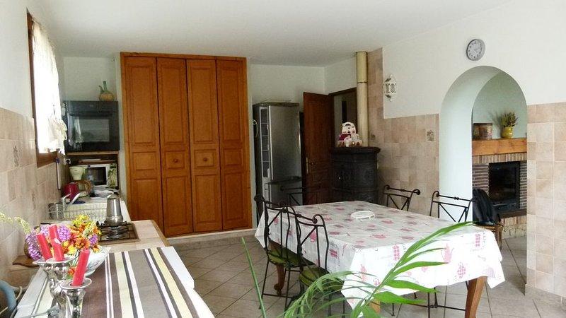 Dans les hauteurs du village, au calme, maison pouvant accueillir 8  couchages., location de vacances à Montmeyan
