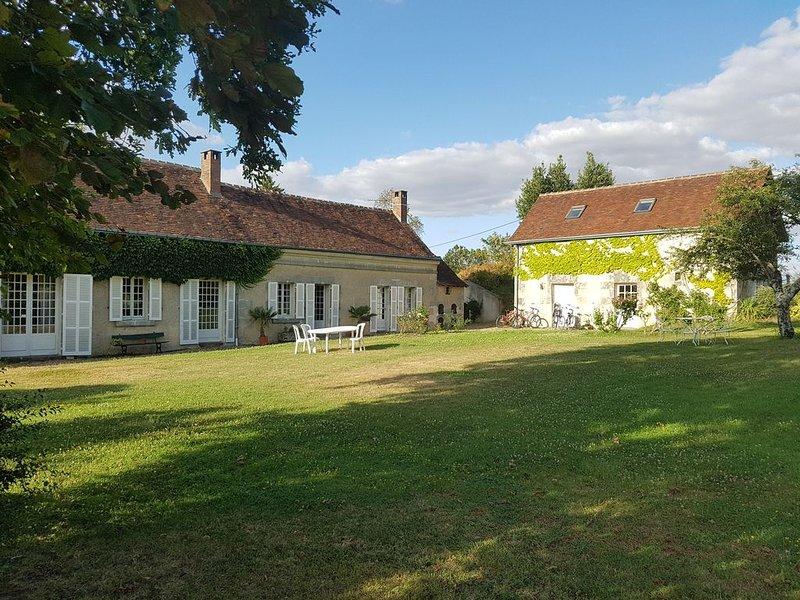 Longère de charme sur 5000 m² de jardin avec Piscine et bois, location de vacances à Monthodon