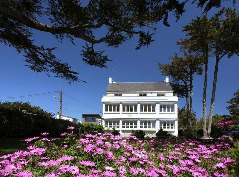Villa tout confort,  piscine, plage et bourg à 500m, 10 personnes, classée ****, location de vacances à Quiberon