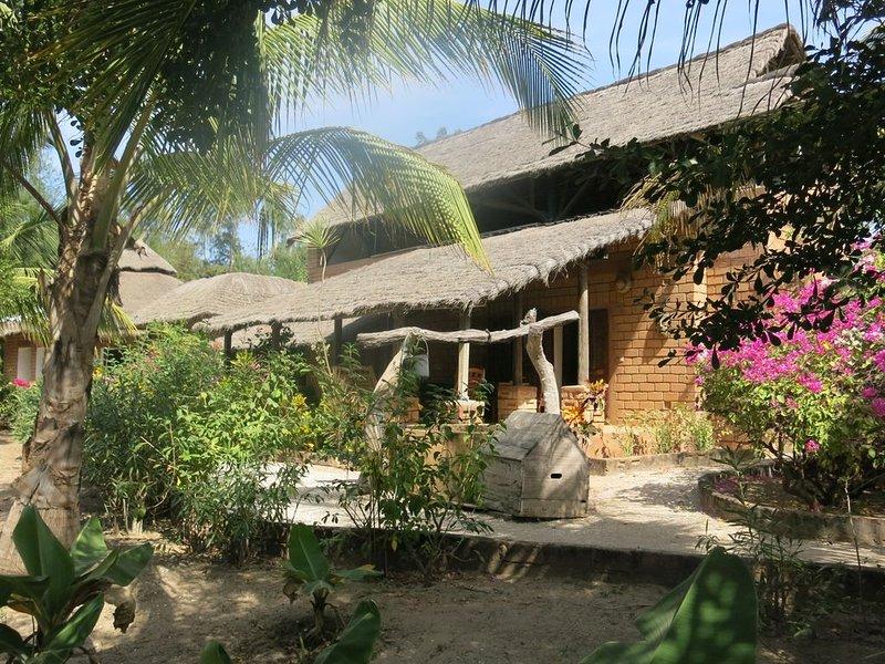 Casabéné - Une case de rêve au bord de l'eau, holiday rental in Kartong