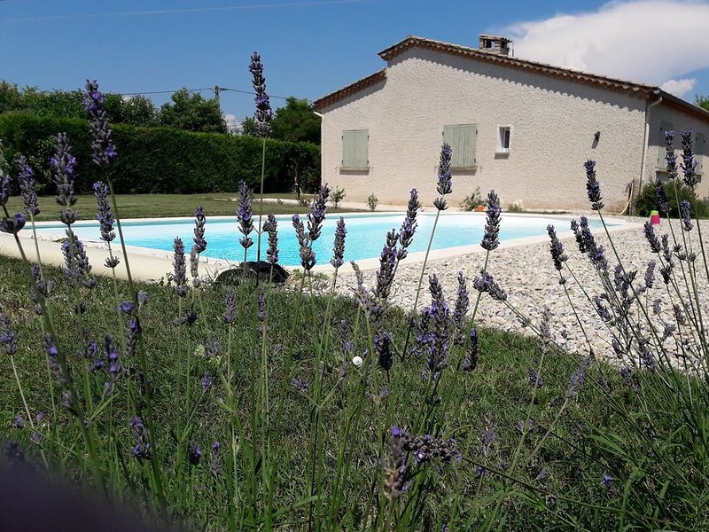 Villa individuelle avec piscine privée en Provence dans un coin de campagne, holiday rental in Aubignan