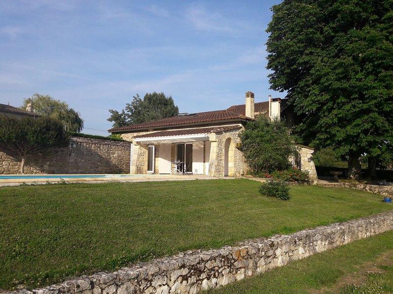 Maison de charme avec piscine et vue dominante, holiday rental in Villefranche-de-Lonchat