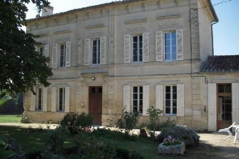 Chambres d'hôtes au coeur d'une propriété viticole puisseguin- gironde, holiday rental in Saint-Cibard