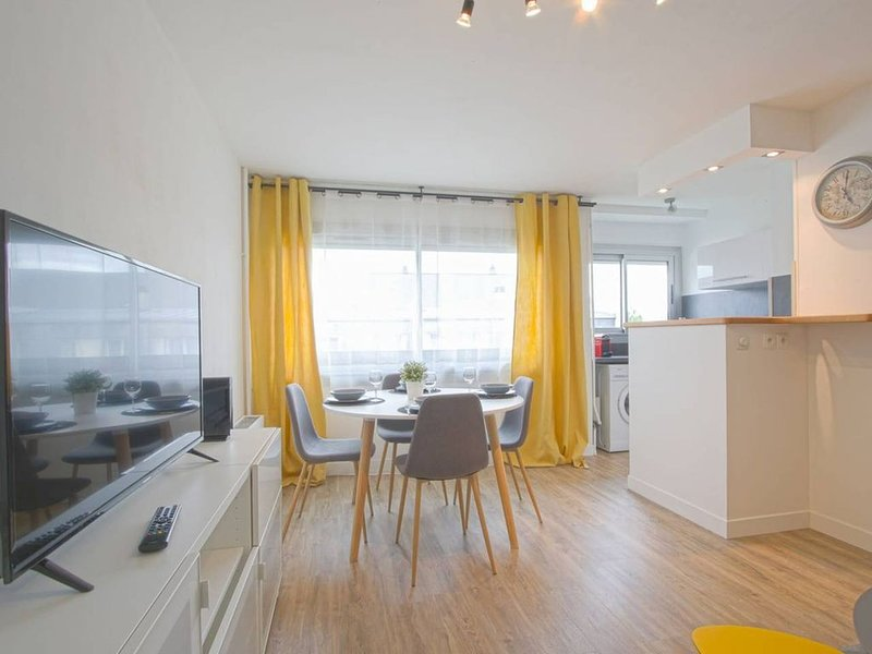 APPARTEMENT MODERNE A CAEN POUR 4 PERSONNES, holiday rental in Caen