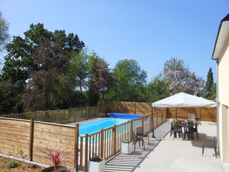 GITE DE L'ETANG, 6 chambres, piscine privée chauffée, parc privé, location de vacances à Champcey