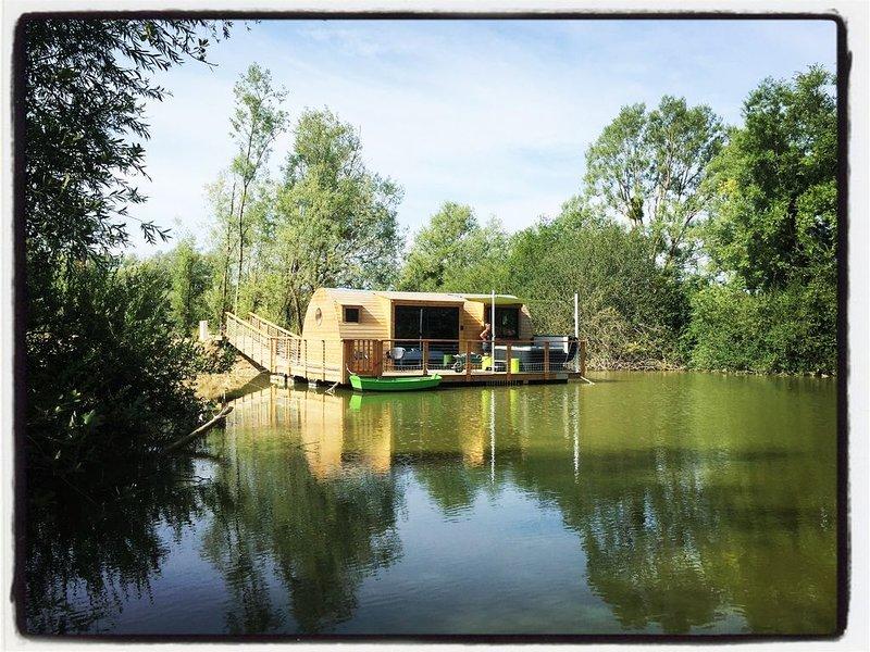 Cabane flottante Grenouilles avec spa privatif, aluguéis de temporada em Vermenton