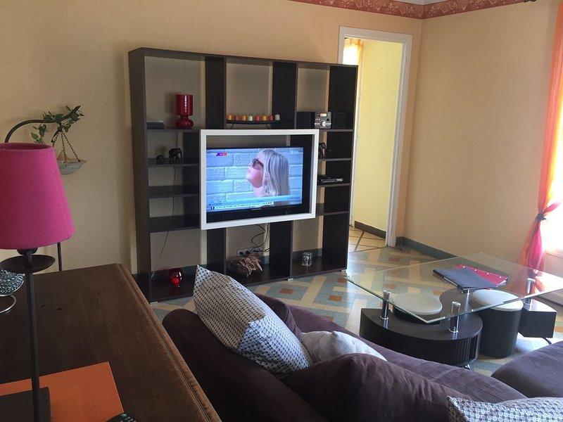 Apt de 72m² dans villa balcon barbecue 450m du centre ville et des commerces., holiday rental in Antraigues-sur-Volane