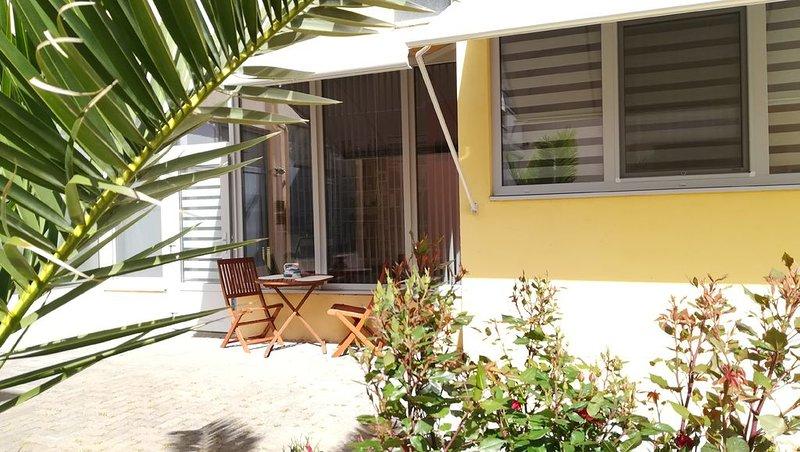 appartement T2 (2 pers) de 42 m² rez de chaussée climatisé et accès internet, holiday rental in Gruissan