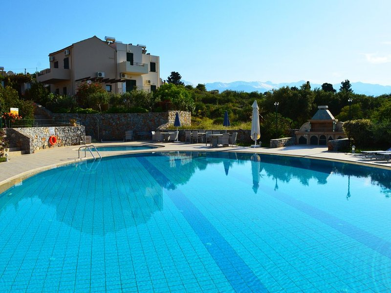 Villa with big shared pool surrounded by nature,2bedrooms,wifi,bbq,very quiet, holiday rental in Sellia