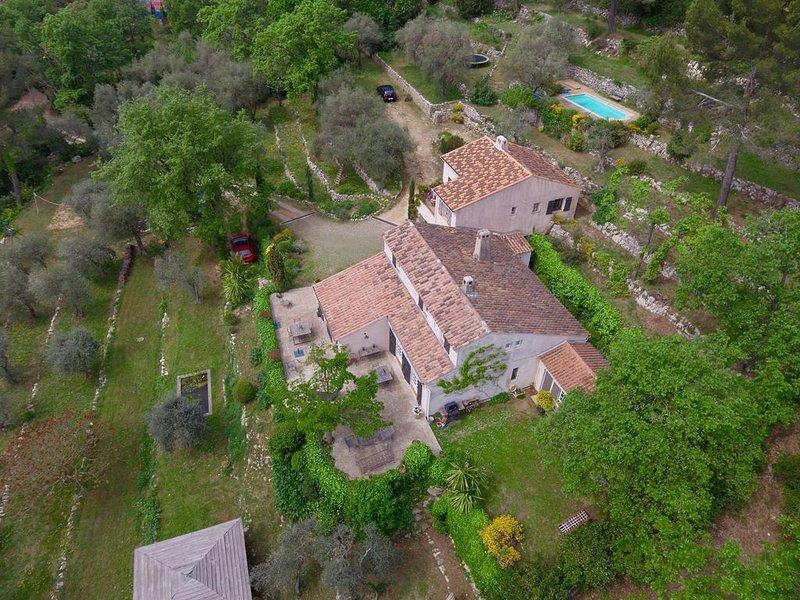 Petite maison dans la nature hauteurs de Grasse piscine calme vue mer tennis, holiday rental in Grasse