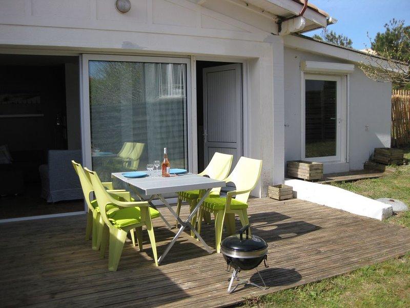 Lacanau Océan - 200 m PLAGE - 400 m CENTRE-Jardin clos -Terrasse- Parking -Wifi, vacation rental in Lacanau
