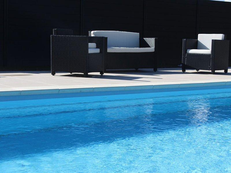 Espace piscine clos chauffée de mai à octobre à 28 ° , Parc et espace détente ., vacation rental in Autrey