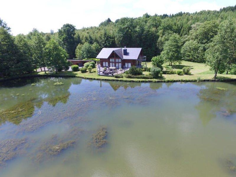 Chalet haute couture au bord de son étang et posé dans un écrin de verdure !, vacation rental in Hirson