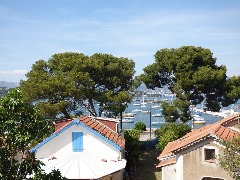 Grand Studio au calme avec PISCINE et à 5mn à pied de la PLAGE, holiday rental in Tamaris-sur-Mer