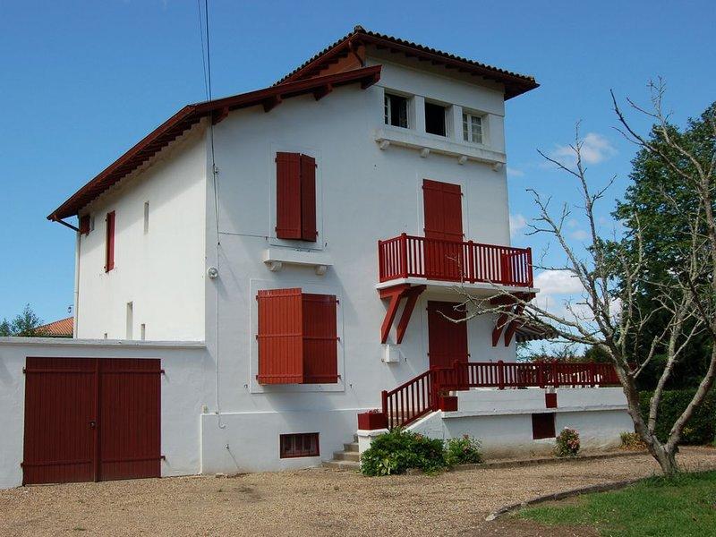 Maison ancienne, style néo-basque, idéal vacances en famille., holiday rental in Villefranque