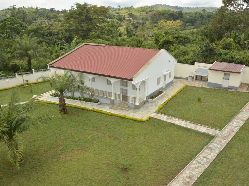 MAGNIFIQUE VILLA MEUBLE NYOM 2 YAOUNDE, vacation rental in Cameroon