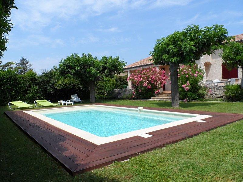 Belle villa indépendante tout confort 7 pers avec joli jardin  &  piscine privé, holiday rental in Taillades